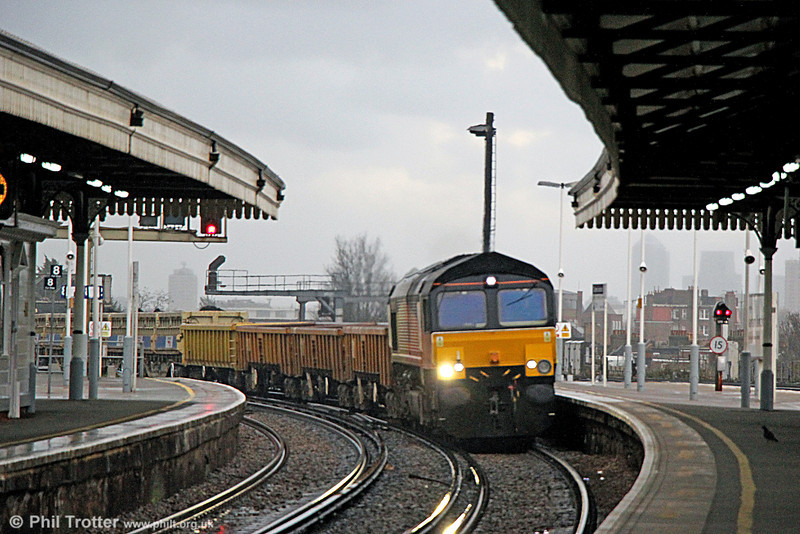 66846 passes Clapham Junction with 6Y42, 1357 Hoo Junction to Eastleigh on 16th January 2014.