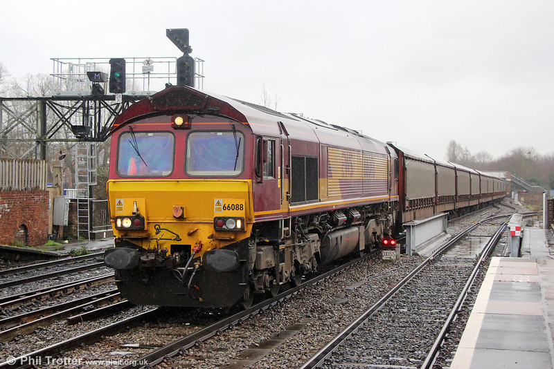 66088 passes Oxford with 6M48, 1034 Southampton Eastern Docks to Halewood (Jaguar) on 29th January 2014.