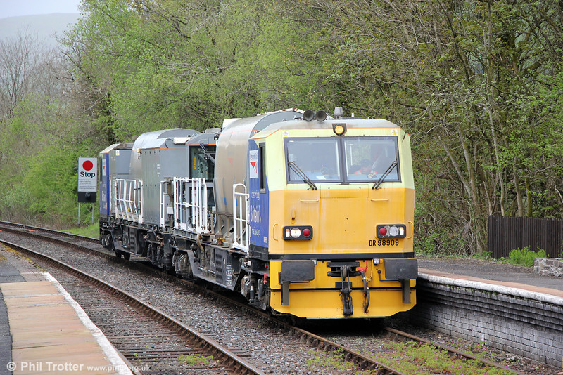 MPV DR98909 at Llanwrtyd Wells, running as 6Z10, 0720 Cardiff Canton to Crewe L&NWR on 7th May 2014.
