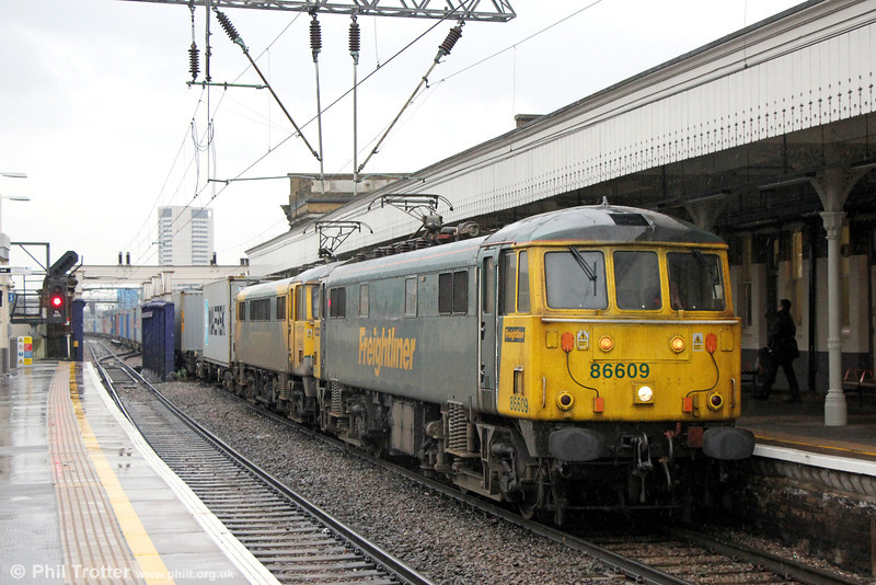 86609 and 86622 (in 'Powerhaul' livery) pass Camden Road with 4M87, 1114 Felixstowe to Trafford Park on 31st January 2014.
