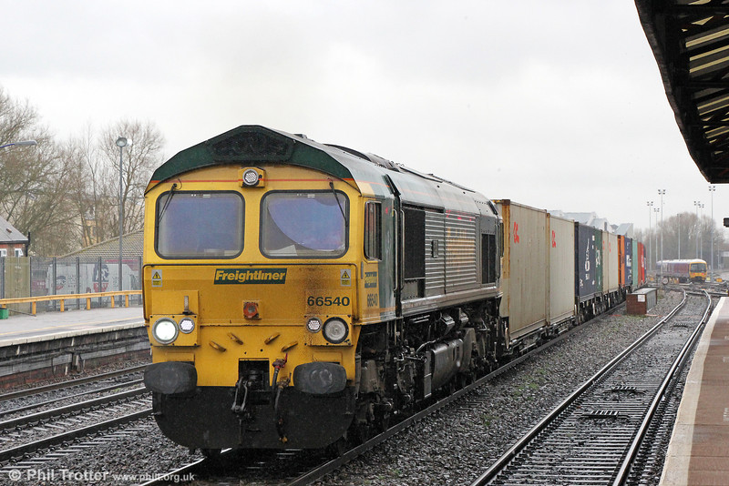 66540 'Ruby' passes Oxford with 4O54, 0613 Leeds to Southampton Maritime on 29th January 2014.