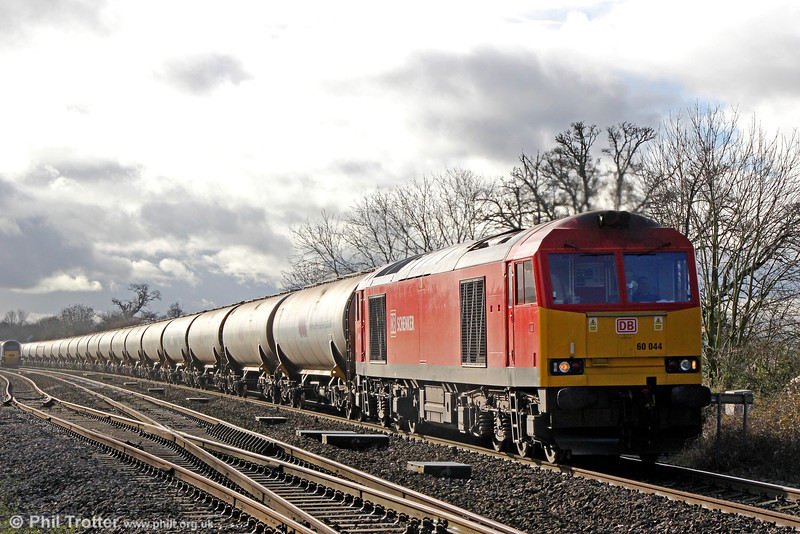60044 passes Haresfield with 6E41, 1141 Westerleigh to Lindsey Oil Refinery on 17th January 2014.