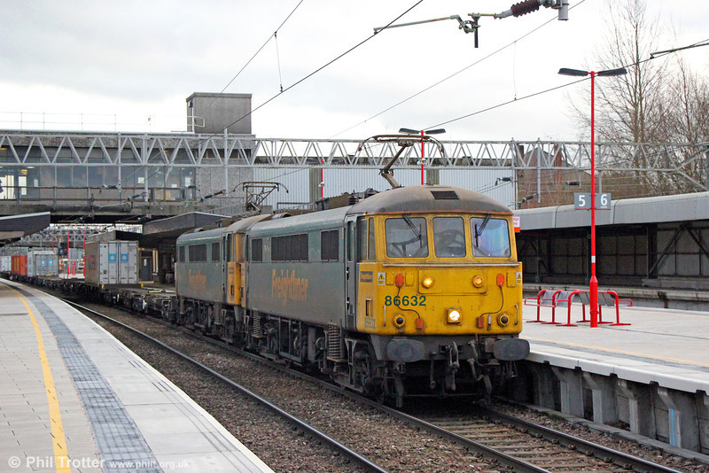 It's always good to see the class 86s soldiering on! 86632 and 86605 pass Stafford with 4M54, 1010 Tilbury to Crewe on 28th January 2014.