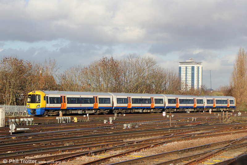 The Class 378 fleet has now increased to 4 cars in each set. 378221 approaches Clapham Junction forming 9N36, 1347 from Highbury and Islington on 16th January 2014.
