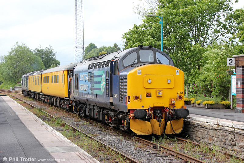 37425 'Sir Robert McAlpine' leads Radio Survey train 1Q14, 0530 Whitland to Crewe at Llandovery on 23rd May 2014. 37667 was at the rear.