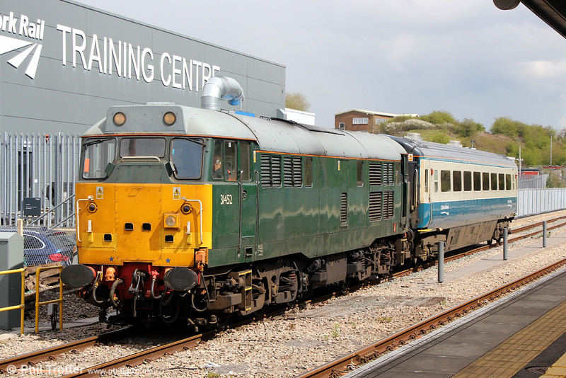 DCR 31452 and a Chiltern Mk.III pause at Bristol Parkway with 5Z35, 1101 Wembley LMD to Bristol Barton Hill on 27th April 2016.