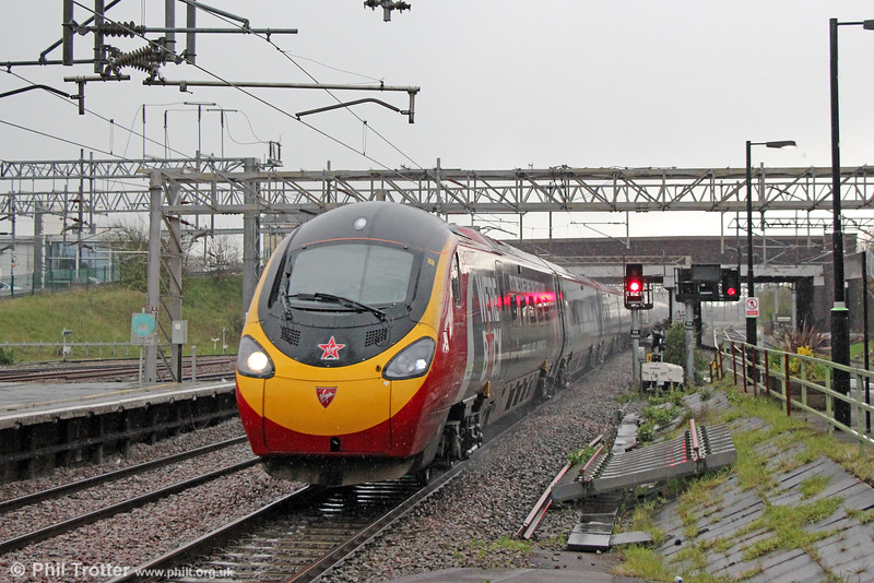 VWC Pendolino passes Nuneaton forming 1H36, 1620 London Euston to Manchester Piccadilly on 27th April 2016.