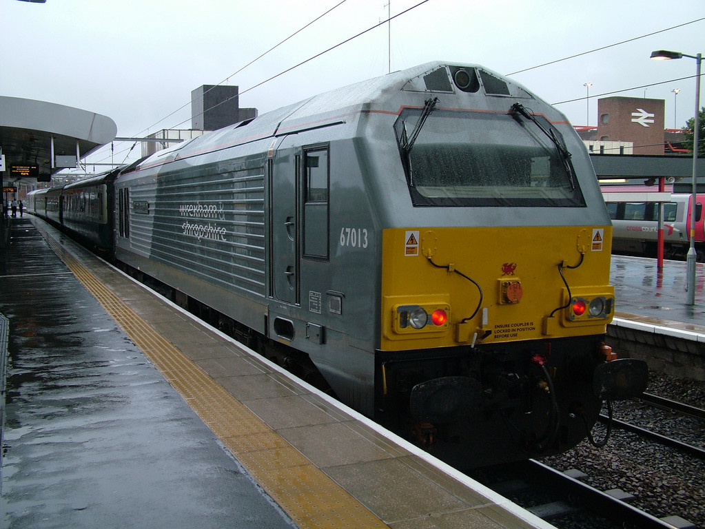 67013 in full Wrexham & Shropshire livery brings up the rear of a Marylebone bound WSMR train at Wolverhampton on a very wet 26th July 2009