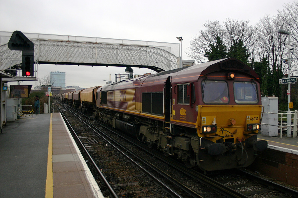 66039 drags empty aggregate hoppers for Angerstein Wharf through Wandsworth Road
