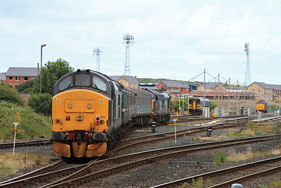 37423 (37409 rear), Barrow, running into the CS with the ECS off 2C47 10.04 ex Preston ..... failed 37402 is parked in the sidings - 31/07/15.