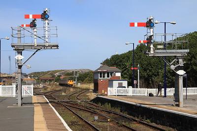 37423 arrives at Barrow pushing DBSO 9707, 2C40 08.42 ex Carlisle - 08/08/15.