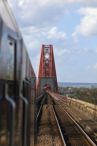 68007 heads over the Forth Bridge, 2L69 17.20 Edinburgh-Cardenden - 11/05/15.