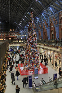 Christmas tree at St. Pancras made up of 1000's of soft toys ! - 15/12/15.