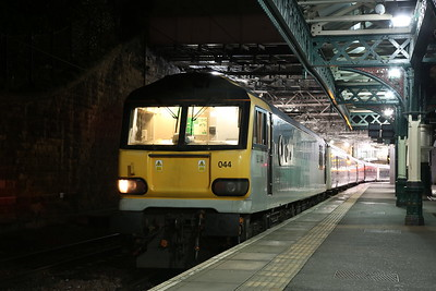 92044, Edinburgh Waverley, 1M16 21.43 Aberdeen-Euston (waiting for the Fort William / Inverness portions to join up)