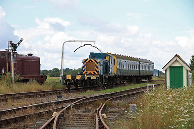 03089 heads into the platform at Mangapps to work on the shuttles - 27/08/11.