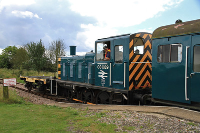 """03089 pauses at """"Old Heath"""" on a passenger shuttle - 27/08/11."""