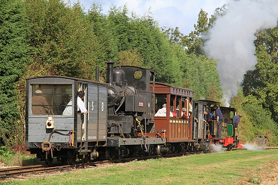 'Howard' (Jung 3175/1921, ex Argentina) + 'Pakis Baru 1' (O&K 614/1900, ex Pakis Baru Sugar Mill, Java) dep Oak Tree Halt with a 'mixed' train for Statfold - 17/09/11.