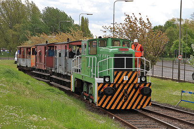 AFSC No.1  (YE2877 / 1963) arrives at 'Frodingham' with the 11.30 Circular tour - 13/05/12.