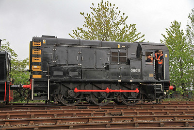 08915 running round at Middle Engine Lane - 01/06/13.