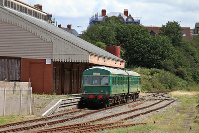 E53338 / E53222 'Iris 2' on display in the Plymouth Rd platform, Barry Island - 16/08/14.