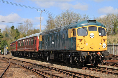 26007 brings up the rear on a shuttle service headed by D832 - 18/04/15.