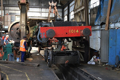 The bottom half of new-build 'County' 1014 'County of Glamorgan' being lifted as the front bogie is wheeled underneath - 22/08/15.