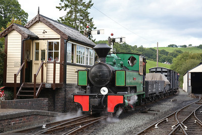 WB 2624/1940 'Superb', Llanfair Caereinion, shunting goods wagons to the carriage depot - 02/09/17