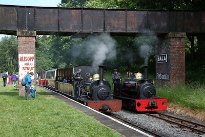 HE 364/1885 'Winifred', Bala, 15.50 to Llanuwchllyn ..... HE 855/1904 'Hugh Napier' is running round to drop on the front - 16/06/18