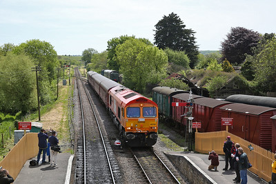 66783 (33012 rear), Corfe Castle, shunting its stock from P2 to P1 - 13/05/18