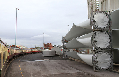 1Z25 on the truncated Stanhope dock line, some imported Wind Turbine parts await onward transit - 14/11/15.