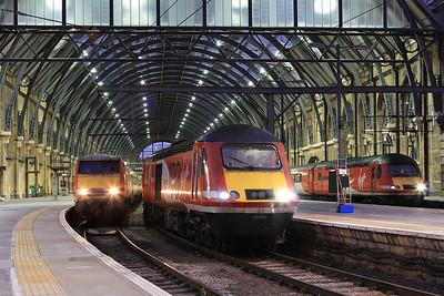91130 (1D23 17.03 to Leeds), 43300 (1H10 17.10 to Hull), 43208 (1S26 17.00 to Edinburgh), London Kings Cross - 05/11/16.