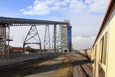 66168 passing the Biomass unloader, Hull Docks, 1Z25 - 29/10/16.