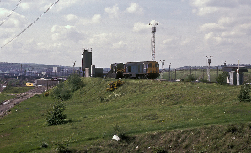With the marshalling yard (already being run down) spread out below 20118 sits on the headshunt with one of the depot snow ploughs at Tinsley on 26 May 1986