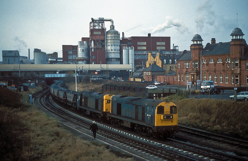 20166 and 20136 pass underneath Warrington Bank Quay station with an empty MGR train from Fiddlers Ferry power station on 18 November 1986