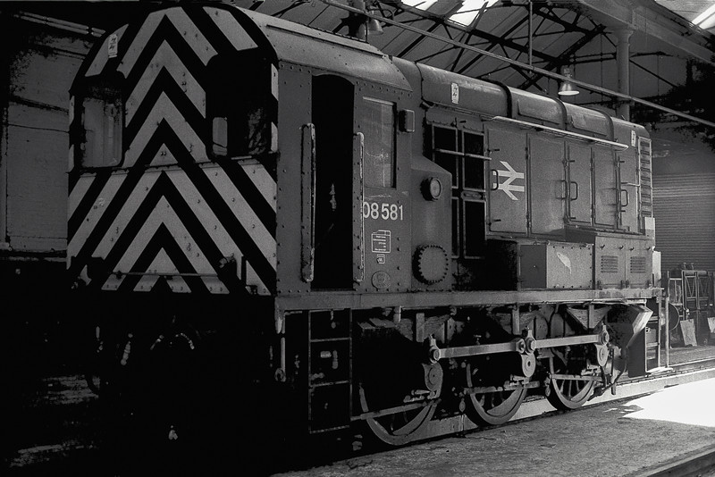 08581 sits out the weekend in Motherwell depot on 15 November 1986