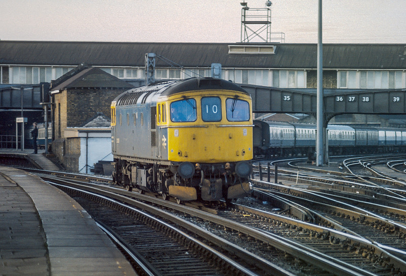 An unidentified 33/0 at Clapham Junction 20 January 1986
