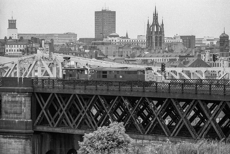 31278 crosses from Newcastle to Gateshead on 19 August 1987