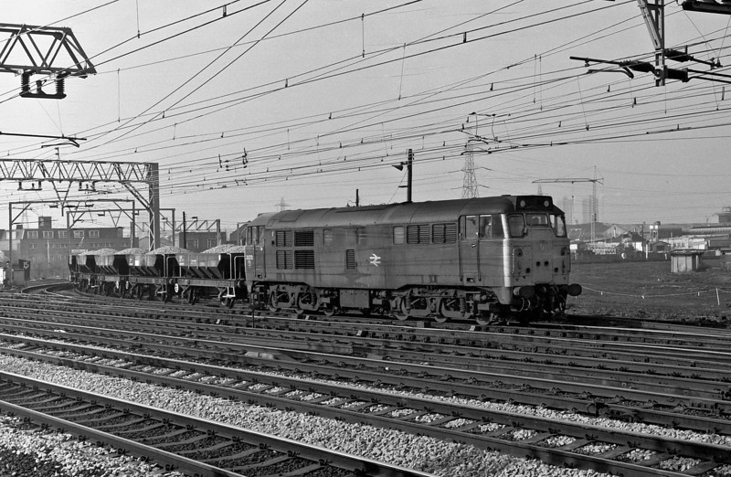31272 rounds the curve into Stratford with a short rake of Catfish on 1 March 1984