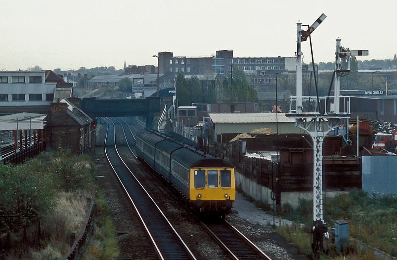 A 4 car Class 115 set heads north through Neasden on 31 October 1986 headed by DMBS M51877