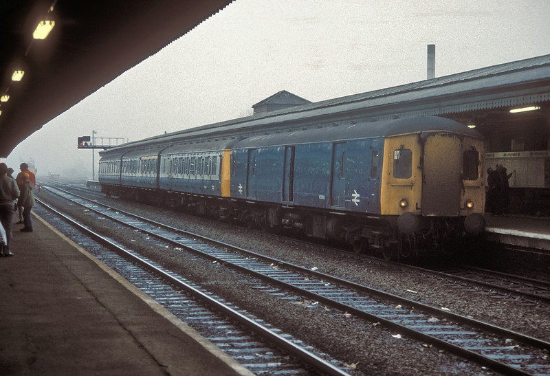 Western Region single parcels unit W55992 leads a Class 117 unit into Reading on the foggy morning of 29 November 1986
