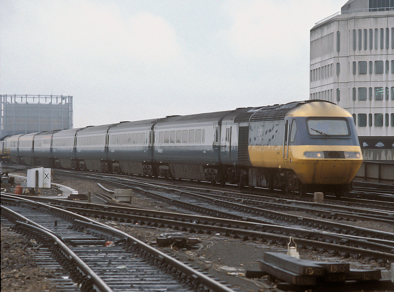A down service headed by 43190 arrives at Reading on 22 March 1985