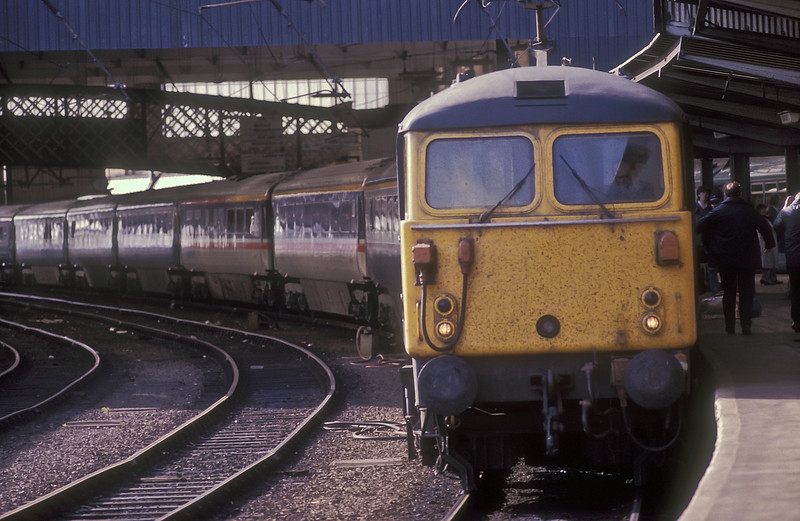 87008 sits at the head of a rake of Mk.3 coaches with an up express at Carlisle on 25 May 1986