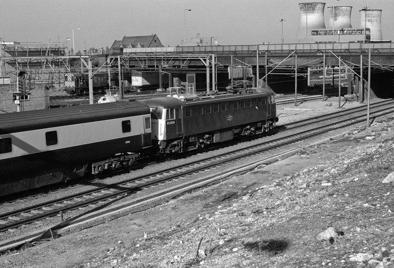 As it is in daylight 81004 must be running the empty sleepers back to Stonebridge Park as it passes Willesden on 16 May 1986