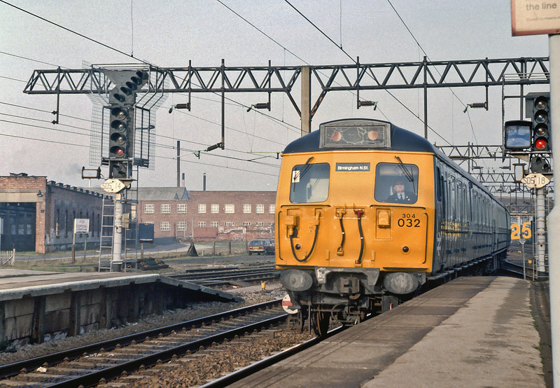 304032 runs into Stafford with a southbound service on 5 February 1985