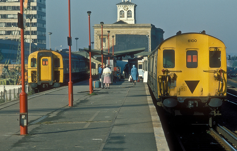 4VEP 7752 and 2HAP 6100 have arrived at Reading with services from Waterloo on 16 October 1986