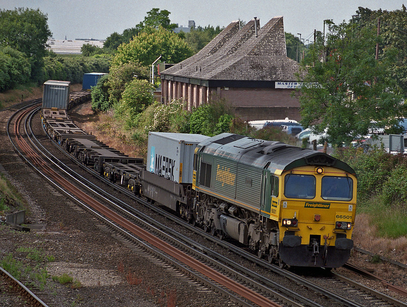 With a very lightly loaded 4E44 Millbrook to Leeds 66501 approaches Eastleigh on 16 June 2008