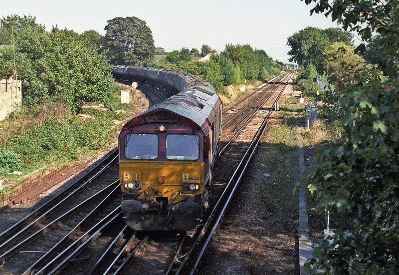 66212 rounds the curve from Rowlands Castle as it pulls into Havant with the Hollybourne tanks on 20 September 2006