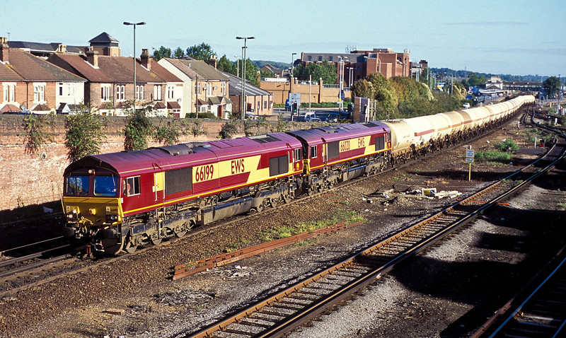 66199 and 66020 leave Eastleigh with the empty LPG tanks for Furzebrook, train 6W53, on 15 September 2004