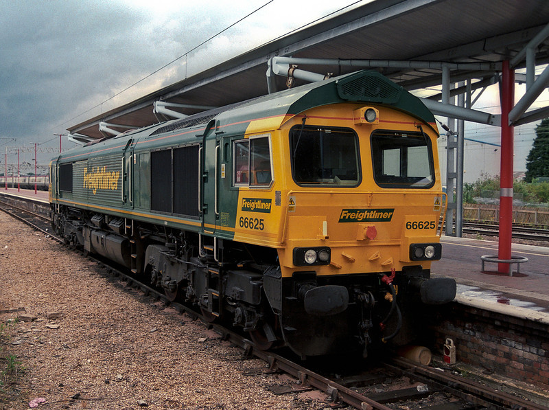 66625 is still in new condition with little dirt present as it is stabled at Rugby on 30 May 2007