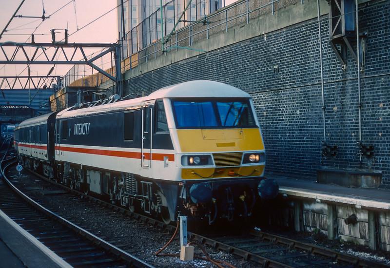 90004 Euston 26 January 1989